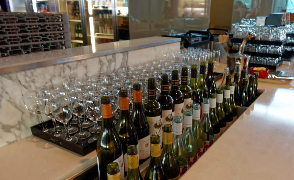 Bar - Qantas Domestic Business Lounge Sydney (1)